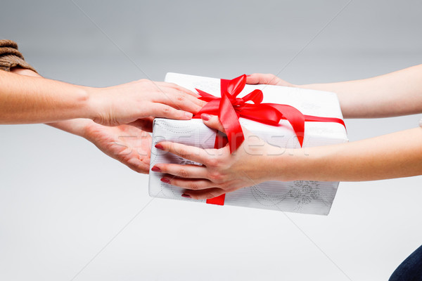Ręce obecnej biały papieru dziewczyna strony Zdjęcia stock © master1305