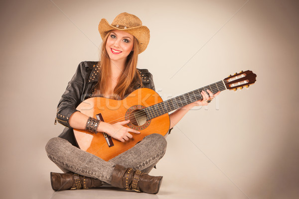 Belle fille chapeau guitare acoustique gris femme musique Photo stock © master1305
