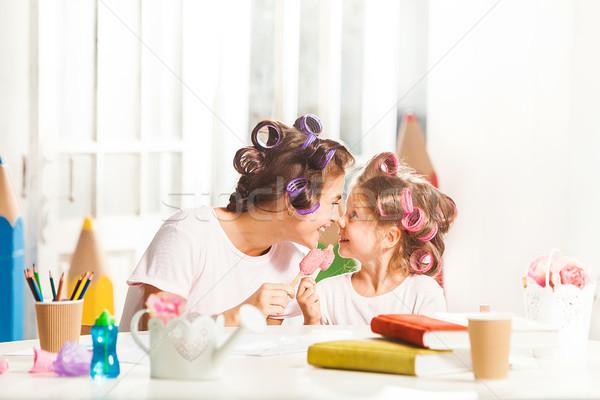 Little girl sessão mãe alimentação sorvete branco Foto stock © master1305