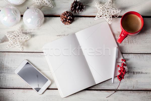 Abierto cuaderno mesa de madera teléfono Navidad decoraciones Foto stock © master1305