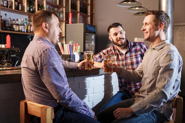 Glücklich Freunde trinken Bier counter Veröffentlichung Stock foto © master1305