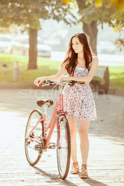 Joven bicicleta parque verano mujer hierba Foto stock © master1305