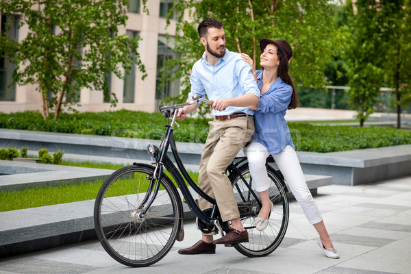 Fiatal pér ül bicikli ellenkező zöld város Stock fotó © master1305