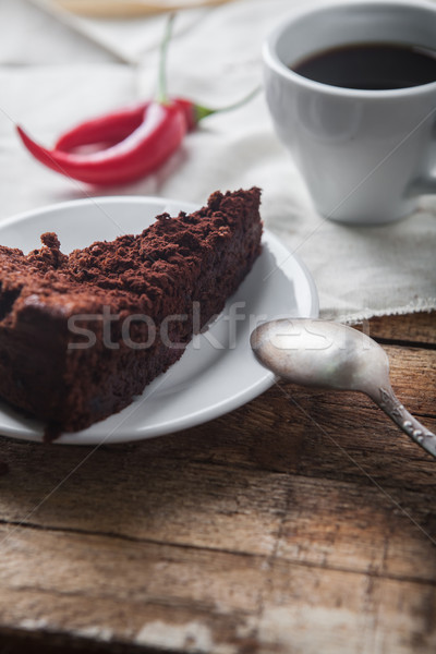 Pastel de chocolate café taza mesa de madera rojo caliente Foto stock © master1305
