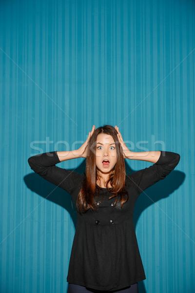 Stock fotó: Portré · fiatal · nő · megrémült · arckifejezés · kék · stúdió