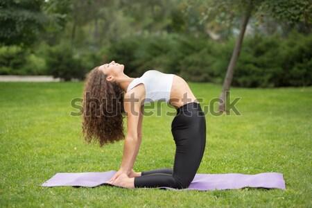 Pretty woman jogi zewnątrz parku zielona trawa kobieta Zdjęcia stock © master1305