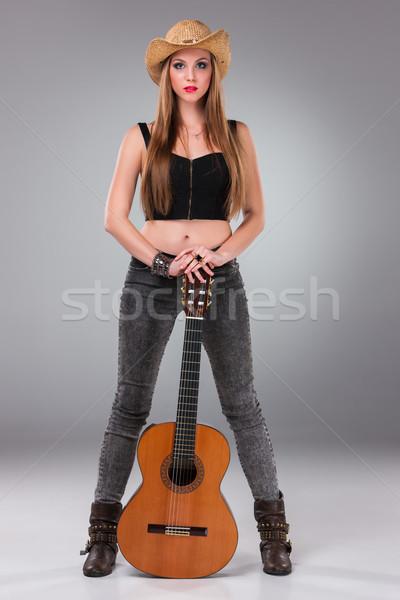 Hermosa niña sombrero guitarra acústica gris mujer música Foto stock © master1305