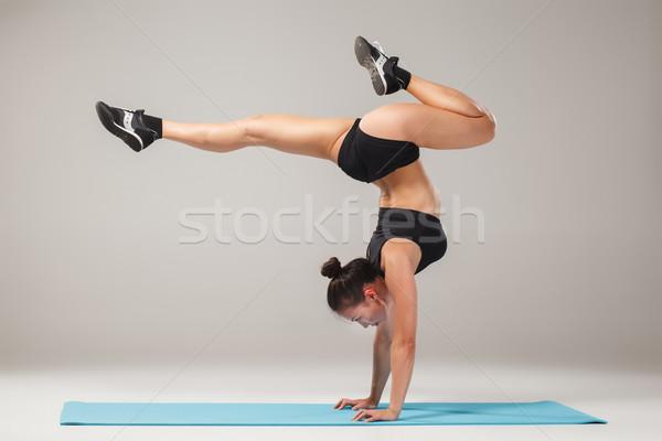 Piękna dziewczyna stałego akrobata stanowią Zdjęcia stock © master1305