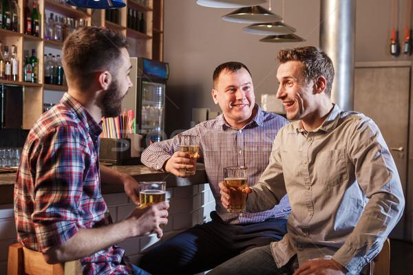 Boldog barátok iszik sör pult kocsma Stock fotó © master1305