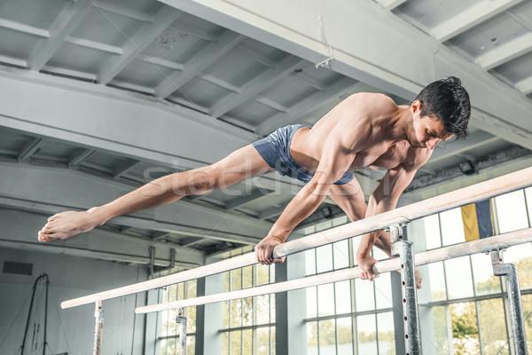 Zdjęcia stock: Mężczyzna · gimnastyk · handstand · równolegle · bary