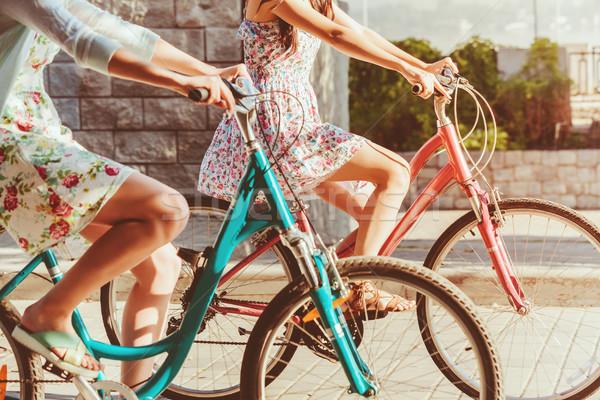Iki genç kızlar bisikletler park yaz Stok fotoğraf © master1305