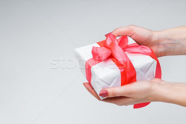 Feminino mãos caixa de presente branco papel Foto stock © master1305