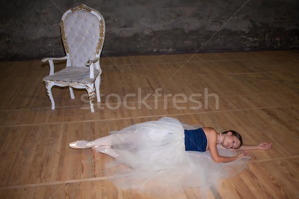 Bella ballerina posa lungo bianco gonna Foto d'archivio © master1305