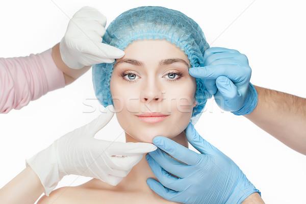 Plastische chirurgie arts handen handschoenen aanraken vrouw gezicht Stockfoto © master1305