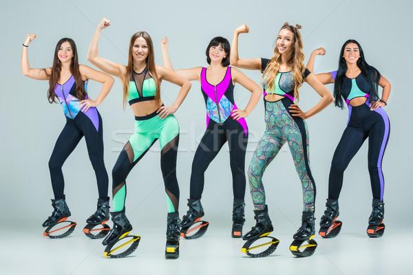Grupo meninas saltando treinamento jovem cinza Foto stock © master1305