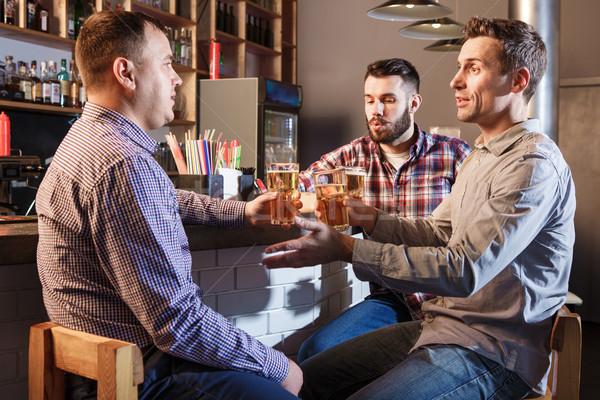 Stock foto: Glücklich · Freunde · trinken · Bier · counter · Veröffentlichung