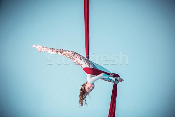 Wdzięczny gimnastyk antena wykonywania czerwony Zdjęcia stock © master1305