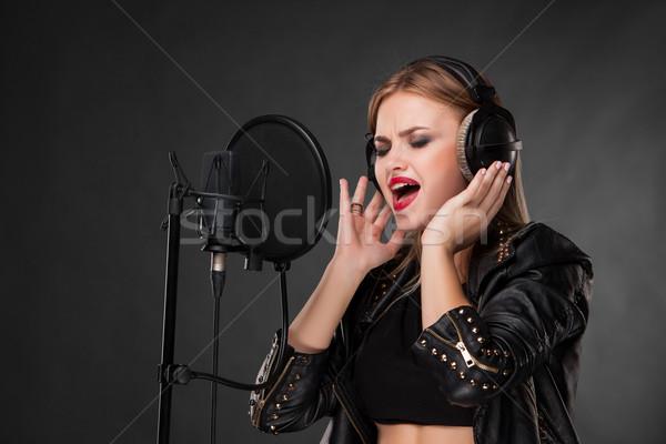 Retrato mujer hermosa cantando micrófono auriculares estudio Foto stock © master1305