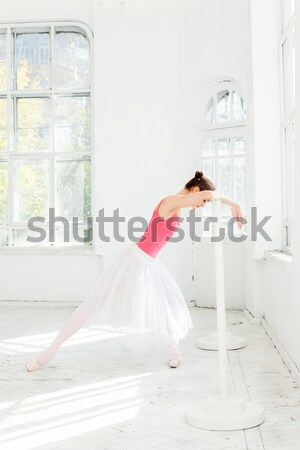 Jóvenes moderna bailarín saltar blanco vuelo Foto stock © master1305