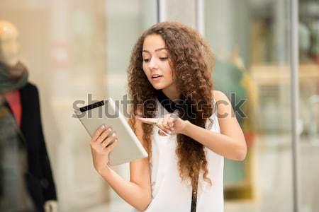 Belle jeune fille payer carte de crédit Shopping portable Photo stock © master1305