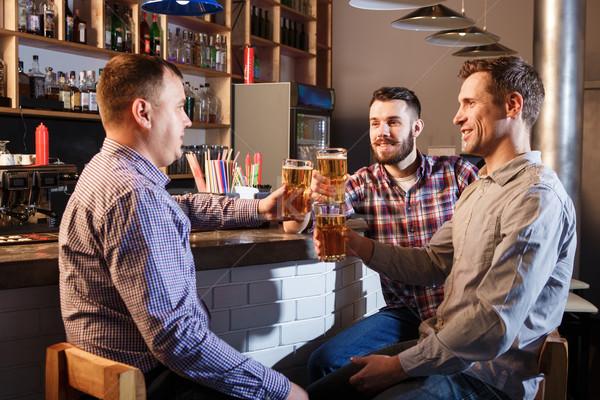 Feliz amigos potable cerveza contra pub Foto stock © master1305