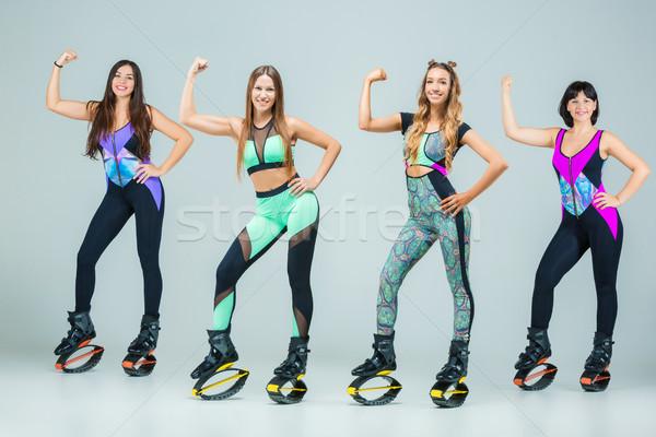 Grupy dziewcząt skoki szkolenia młodych szary Zdjęcia stock © master1305
