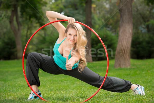 Jonge vrouwelijke atleet hoelahoep park binnenkant Stockfoto © master1305