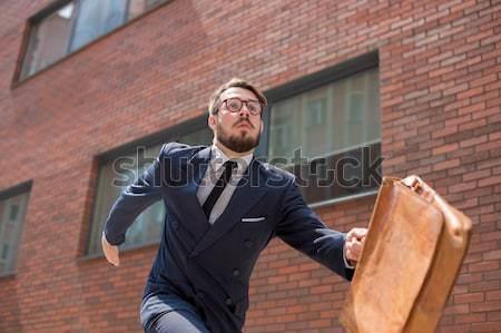 Fiatal üzletember fut figyelmeztetés aktatáska szemüveg Stock fotó © master1305