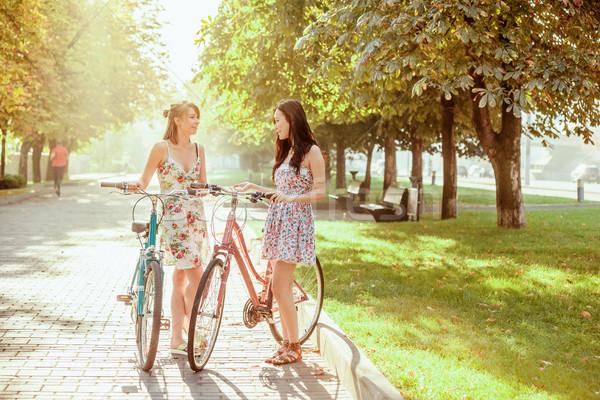 Twee jonge meisjes fietsen park zomer Stockfoto © master1305