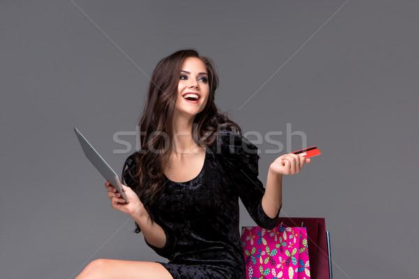 Gyönyörű fiatal lány fizet hitelkártya vásárlás laptop Stock fotó © master1305