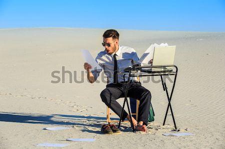 Empresario usando la computadora portátil desierto de trabajo teléfono portátil Foto stock © master1305