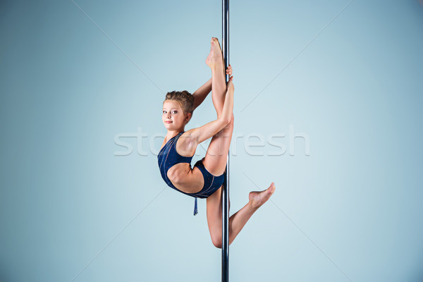 Fort gracieux jeune fille acrobatique sport Photo stock © master1305