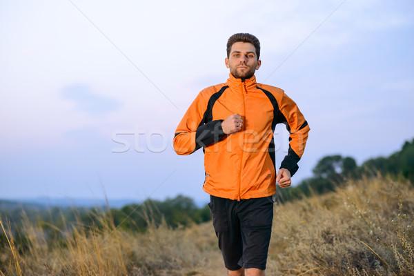 Jonge man lopen outdoor parcours park actief Stockfoto © maxpro