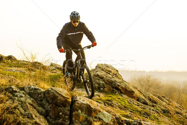 Rowerzysta jazda konna rowerów górskich w dół piękna szlak Zdjęcia stock © maxpro