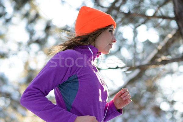 Jonge vrouw lopen mooie winter bos zonnige Stockfoto © maxpro