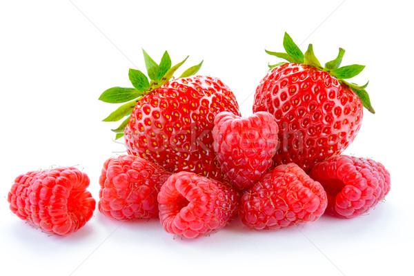 Hoop zoete aardbeien sappig frambozen geïsoleerd Stockfoto © maxpro