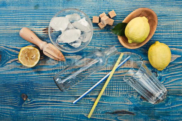 Limonata hazırlık malzemeler ahşap masa cam buz Stok fotoğraf © maxsol7