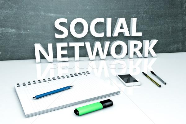 Foto stock: Rede · social · texto · quadro-negro · caderno · canetas · telefone · móvel