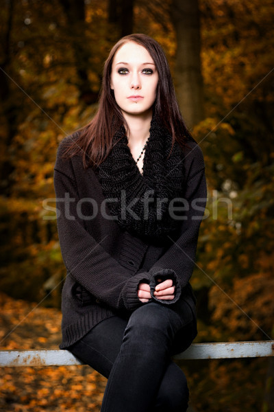 Misterioso donna seduta panchina foresta verticale Foto d'archivio © Mazirama