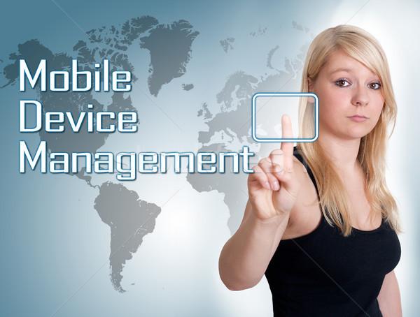 携帯 管理 若い女性 キーを押します デジタル ストックフォト © Mazirama