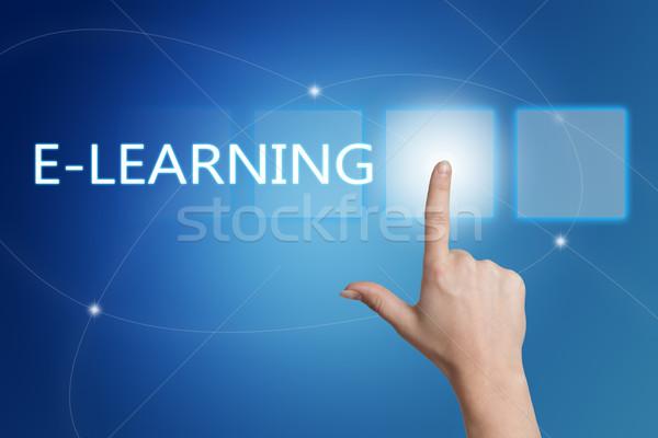 Online oktatás kéz kisajtolás gomb interfész kék Stock fotó © Mazirama