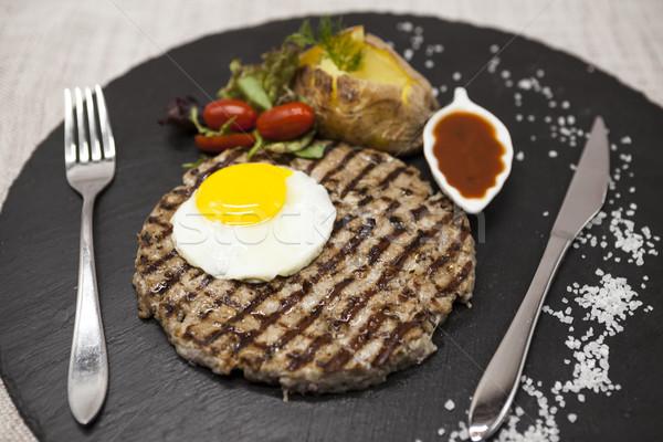 Grand juteuse grillés steak boeuf oeuf Photo stock © mcherevan