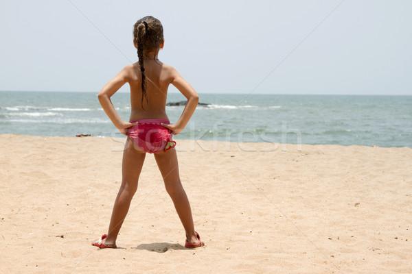 Gyönyörű kislány áll homokos tengerpart India Goa Stock fotó © mcherevan