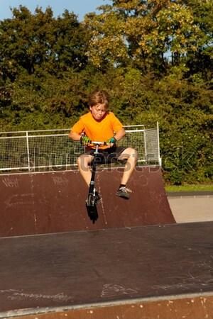Fiú moped korcsolya park ugrik gerincoszlop Stock fotó © meinzahn