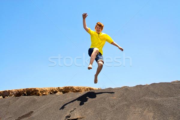 Chłopca zabawy skoki ocean plaży twarz Zdjęcia stock © meinzahn