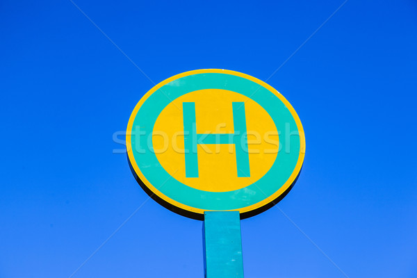 Przystanek autobusowy podpisania Błękitne niebo przestrzeni niebieski autobus Zdjęcia stock © meinzahn