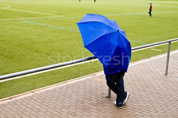 Hombre paraguas viendo partido de fútbol fútbol deporte Foto stock © meinzahn