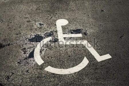 Mozgássérült parkolás engedély felirat utca festett Stock fotó © meinzahn