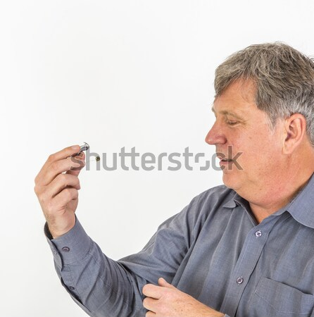 Ernstig man shirt behandeling gehoorapparaat achter Stockfoto © meinzahn