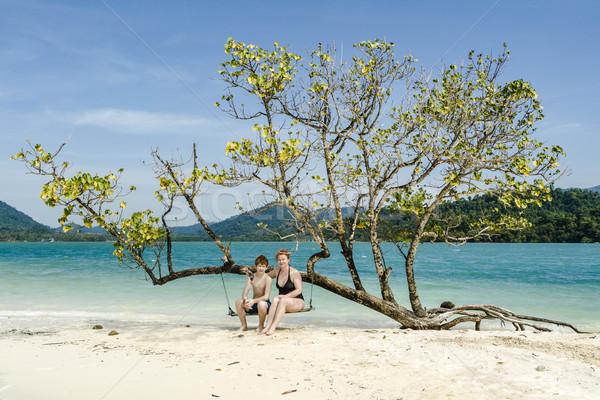 Moeder zoon vergadering swing idyllisch strand Stockfoto © meinzahn